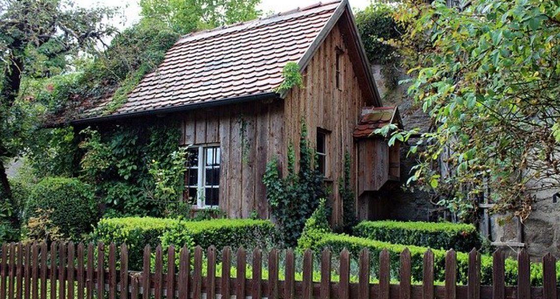איך לעצב את החצר שלכם באמצעות עץ